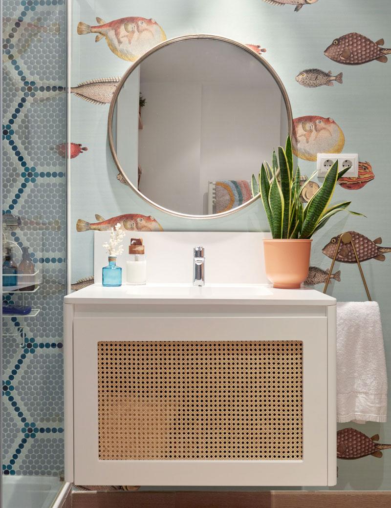 mueble de lavabo con papel pintado