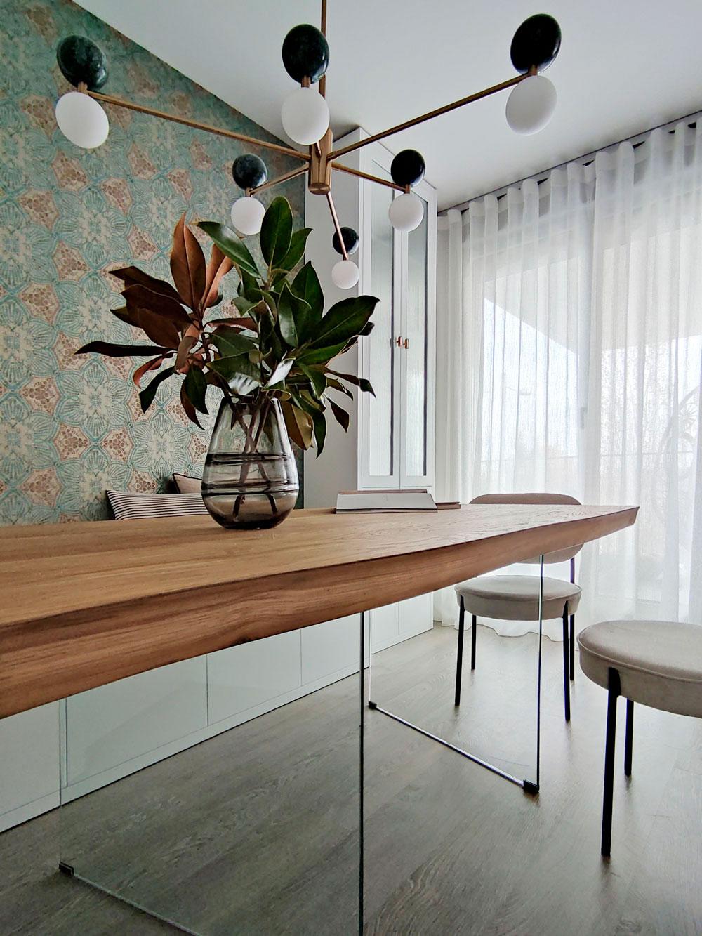 mesa de comedor de madera de roble con forma irregular