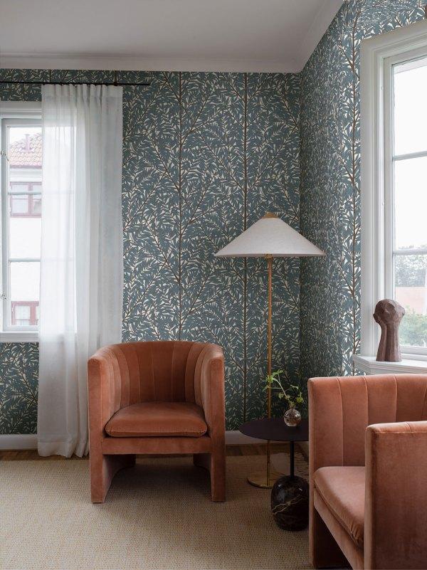 espacio con el mural korgpil de viola grasten azul