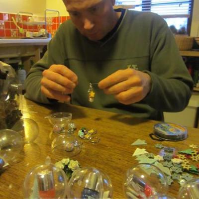 Fred s'occupe des boules en plastiques qui serviront à faire des petits cadeaux