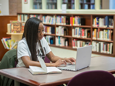 A student uses technological library resources