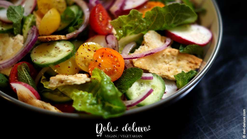 Fattoush Libanesischer Salat mit gerösteten Pita-Chips