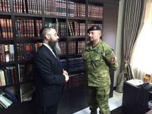 Setkání hlavního rabína Oděsy a jižní Ukrajiny Avrahama Wolfa s velitelem Ukrajinské národní sebeobrany, plukovníkem Valerijem Zagorodnym v oděské synagoze.
