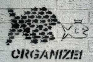 Metapolitiku lze zredukovat na dvě základní oblasti: šíření myšlenek a vytváření komunity.