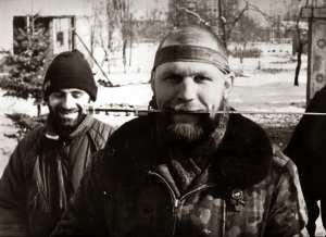 """Dvě strany jedné americké mince (Na snímku Olexandr """"Saško Bilyj"""" Muzyčko, bývalý člen UNA-UNSO a koordinátor Pravého sektoru, který v letech 1994-95 bojoval s dalšími členy UNA-UNSO v pčvní čečenské válce po boku islamistických teroristů Šamila Basajeva a ,emíra' Chattába)"""