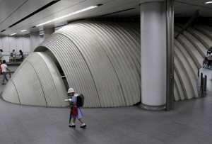 Japonská školačka v jedné z tokijských stanic metra.