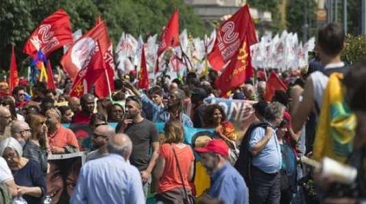 """Desítky tisíc kulturních marxistů se vydaly do ulic Milána na podporu práv migrantů. Hlavní hesla pochodu zněla """"Žádný člověk není ilegální"""" a """"bez hranic"""""""