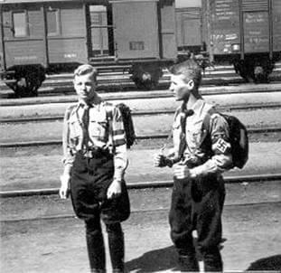 Leopold Wenger (vpravo) s Gilberten Geisendorferem v uniformách Hitlerjugend na nádraží v Leobenu, připravení na nové dobrodružství.