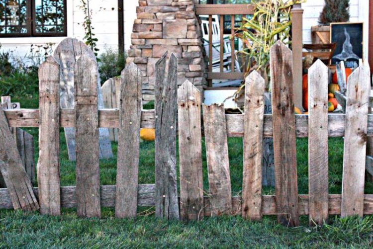 Halloween pallet fence