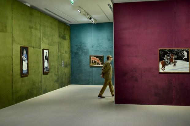 """Vue de l'exposition """"Niko Pirosmani - Promeneur entre les mondes"""" à la Fondation Vincent van Gogh, Arles, 2019. Photo © Hervé Hôte"""