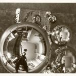 Marianne Brandt, L'Atelier se reflétant dans la boule (autoportrait dans l'atelier Bauhaus à Dessau), photographie, 1928-1929 © Bauhaus-Archiv Berlin / A.D.A.G.P. 2016