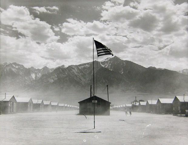Dorothea Lange, Tempête de poussière au camp de rétention de Manzanar