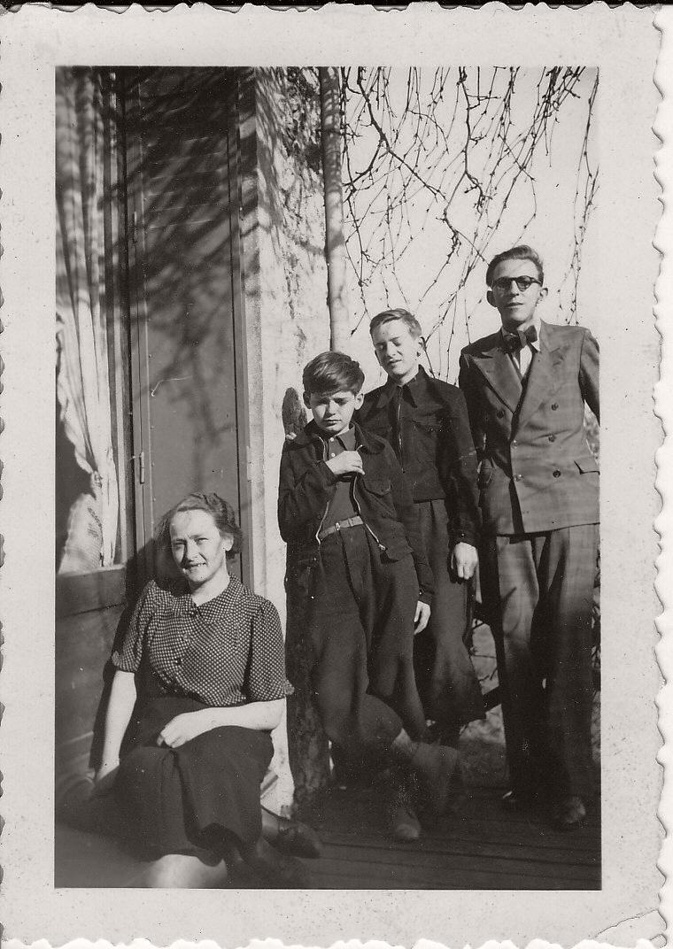 Périgny, avril 1939: Elsa Bernaut (alias Elisabeth Poretski), Seva Volkov, Roman Bernaut, Daniel Martinet. Photo probablement prise par Marguerite Rosmer. Collection personnelle de Claire Martinet.