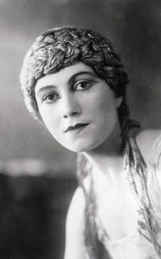 Olga Khokhlova, des Ballets russes, première femme de Picasso, dans L'après-midi d'un faune, 1916.
