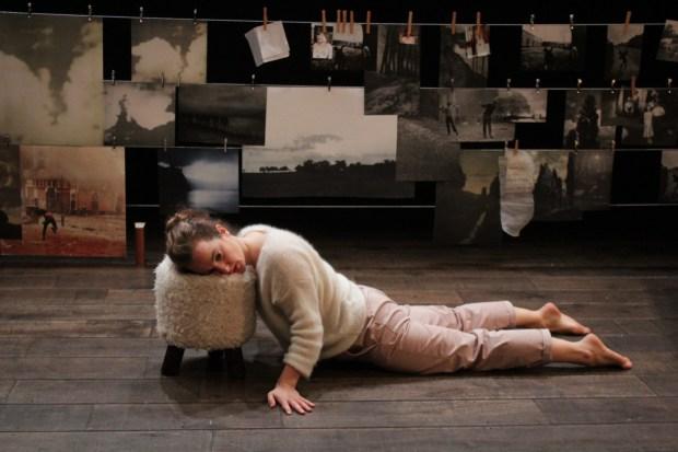 An irish story, spectacle de Kelly Rivière au théâtre de Belleville