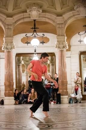 Benjamin Pech - 20 danseurs pour le XXe siècle - Conception Boris Charmatz © Agathe-Poupeney