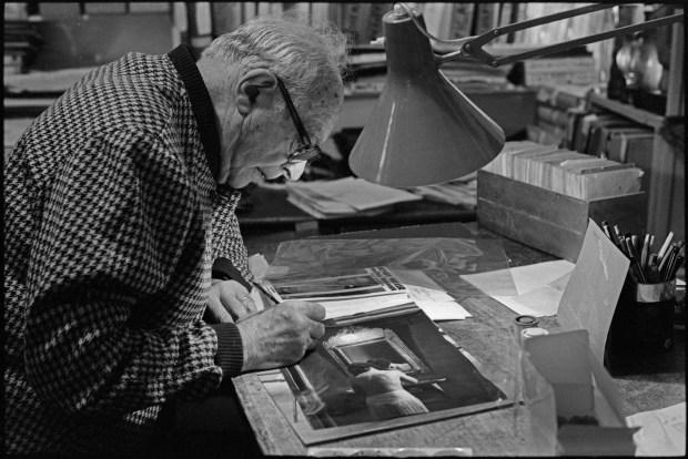 """Brassaï repiquant une photo de """"Paris de nuit"""", 24 décembre 1978 ©Gilles Walusinski"""