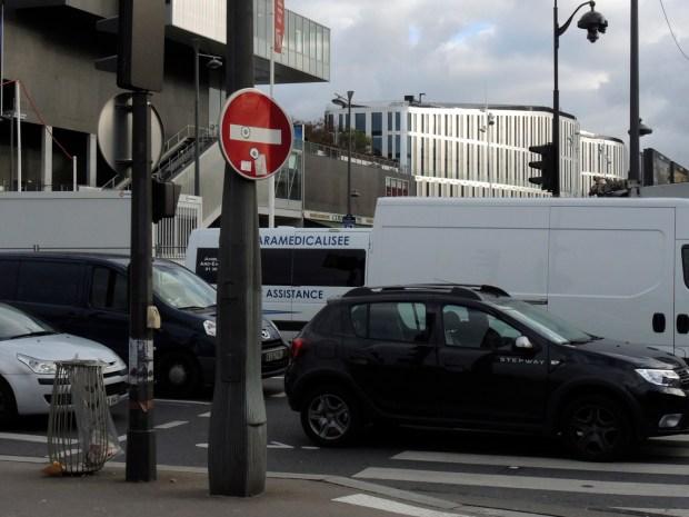 La place du Maquis-du-Vercors embouteillée, sur fond du bâtiment de bureaux Libellule - Photo © Gilles Walusinski