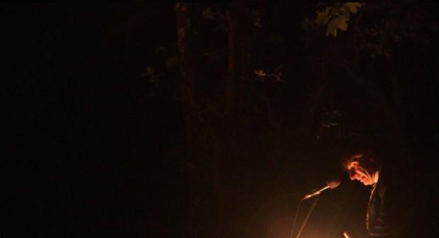 """Eric Galia, Pasteur d'Alès, officie sous les frondaisons de Mialet © Thomas Gayrard. """"Sur les traces des Camisards"""", une chronique de Thomas Gayrard dans délibéré"""