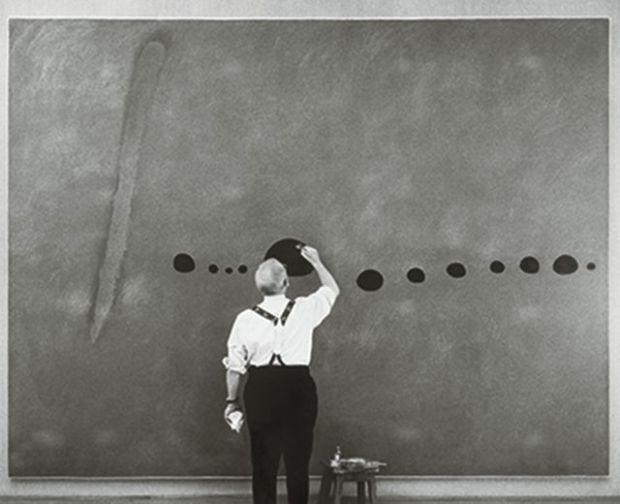Joan Miró retouchant Bleu II