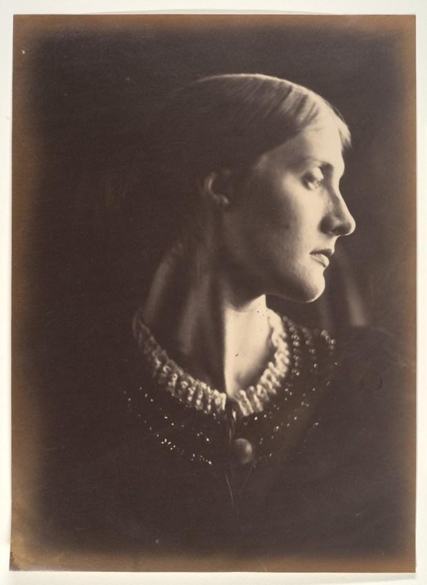 Mrs. Herbert Duckworth (née Julia Jackson), mère de Virginia Woolf, en 1867. Épreuve sur papier albuminé à partir d'un négatif sur verre au collodion, BNF. Par Julia Margaret Cameron