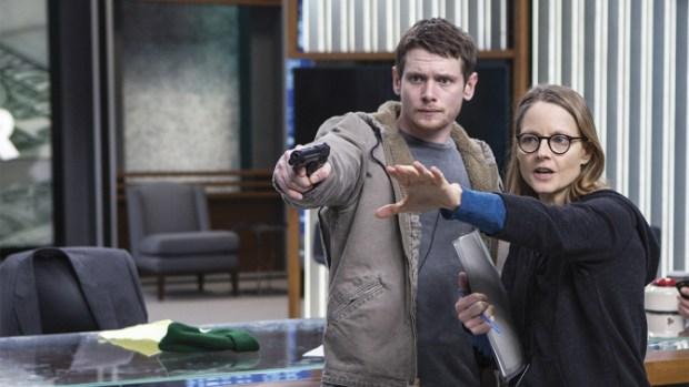 """Jodie Foster au travail avec Jack O'Connell, sur le tournage du film """"Money Monster"""". Une critique cinéma de Thomas Gayrard dans Délibéré"""
