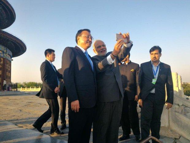 """Le making of du """"selfie le plus puissant de l'Histoire"""": Narendra Modi, Premier ministre d'Inde, et Li Keqiang, Premier ministre de la République populaire de Chine"""