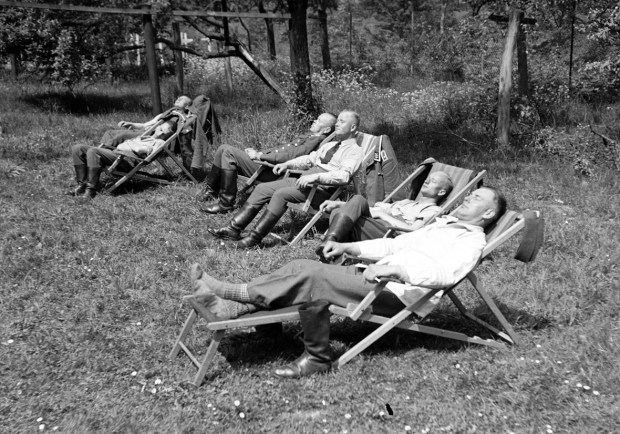 Photographies d'Egon Pfende. Un groupe de soldats dans le parc du cloître de la Congrégation de Notre-Dame de Charité du Bon Pasteur, à Marxheim (Bavière) en mai 40, juste avant le début de la campagne de l'Ouest
