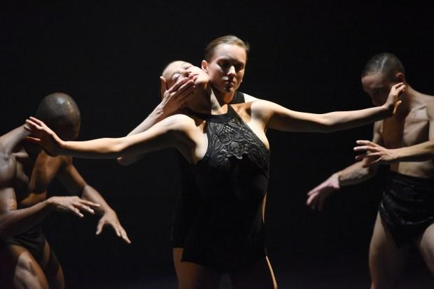 Sharon Eyal - OCD Love © Brocke. Festival Montpellier Danse 2016. Un article de Marie-Christine Vernay dans délibéré