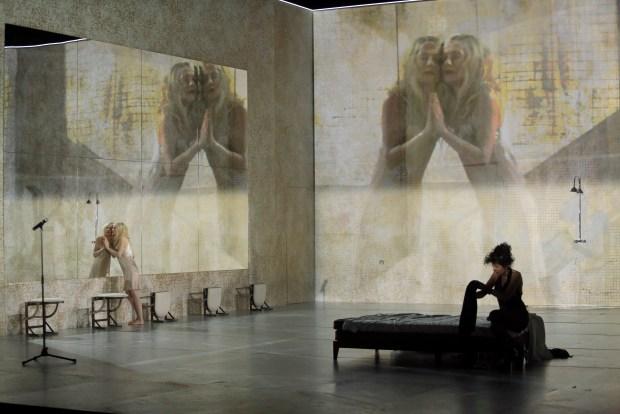 Isabelle Huppert et Norah Krief dans Phèdre(s) de Wajdi Mouawad, Sarah Kane et J.M. Coetzee, mise en scene de Krzysztof Warlikowski © Pascal Victor/ArtComArt