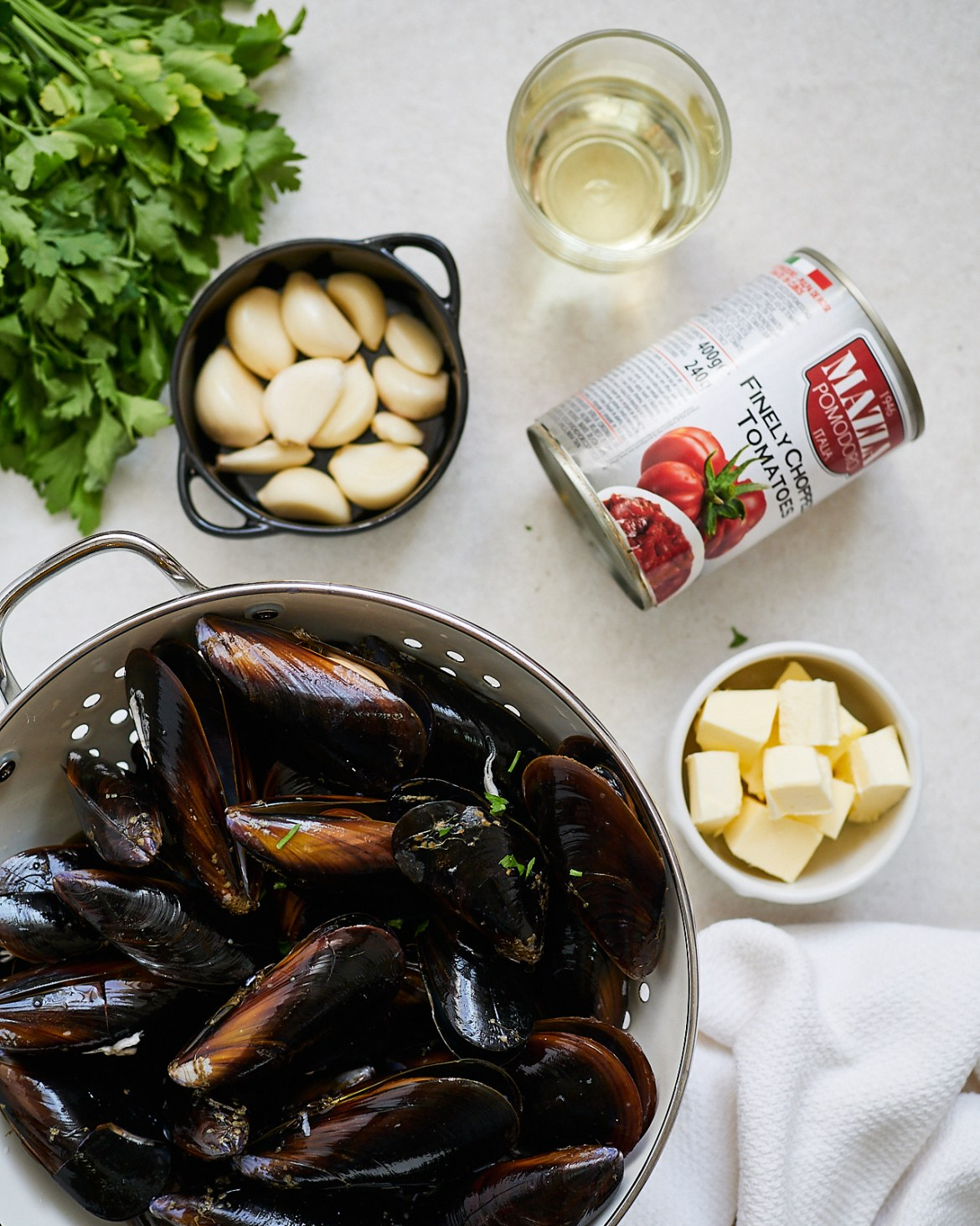 ingredients for mussels in tomato sauce