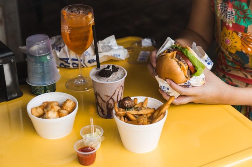 Batata, queijo e milkshake do Luz, Camera, Burguer, hamburgueria em São Paulo