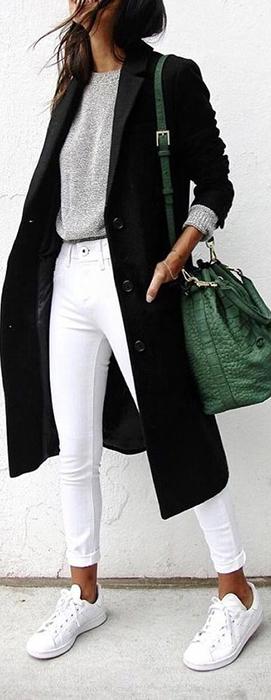 Calça branca em visual mais despojado de inverno, combinada com peças básicas e acessórios de impacto.