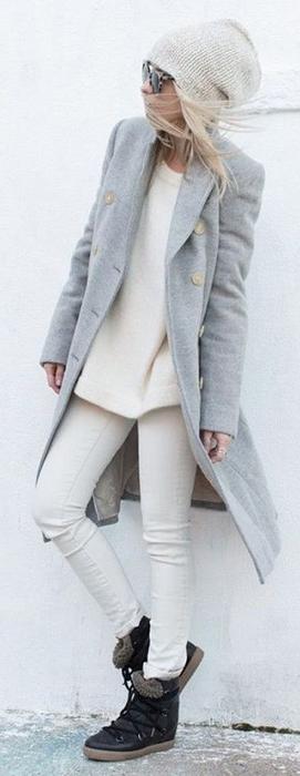 Look de inverno em tons claros de cinza e branco.
