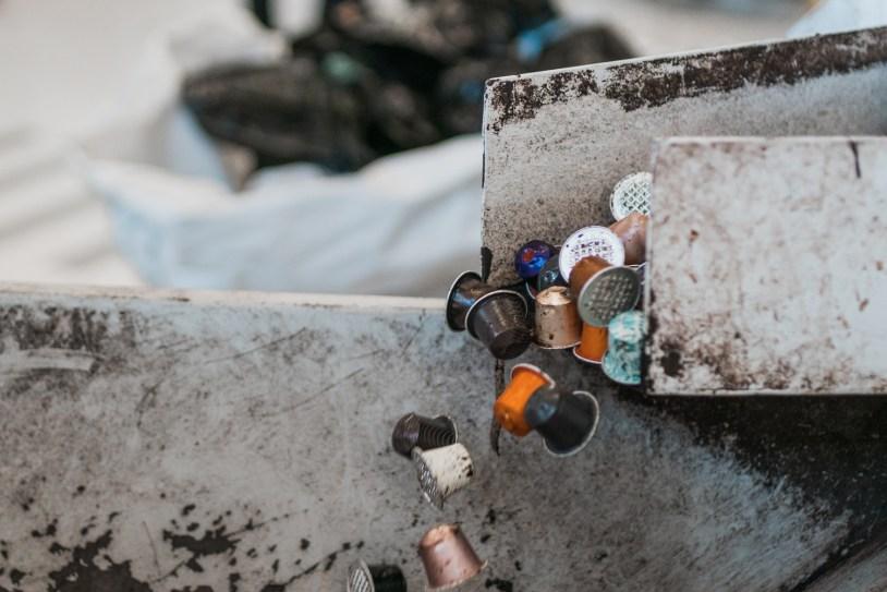 Capsulas da Nespresso entrando na maquina pra reciclagem