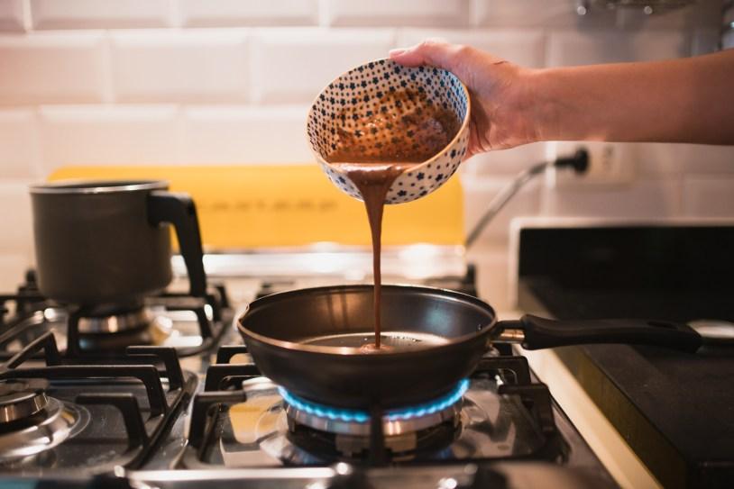 Despejar massa da panqueca na frigideira quando o oleo derreter