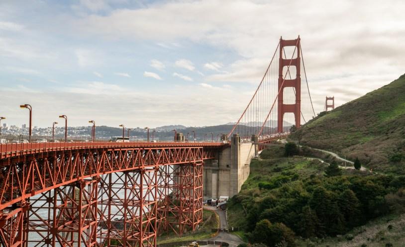 Vista da Golden Gate Bridge logo após a travessia, no caminho para Sausalito
