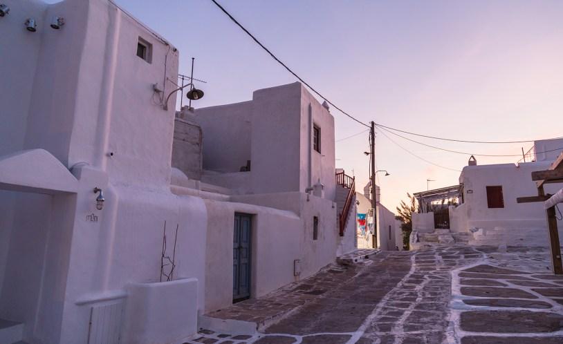 As ruas e coonstruçoes brancas de Mykonos, na Grecia.