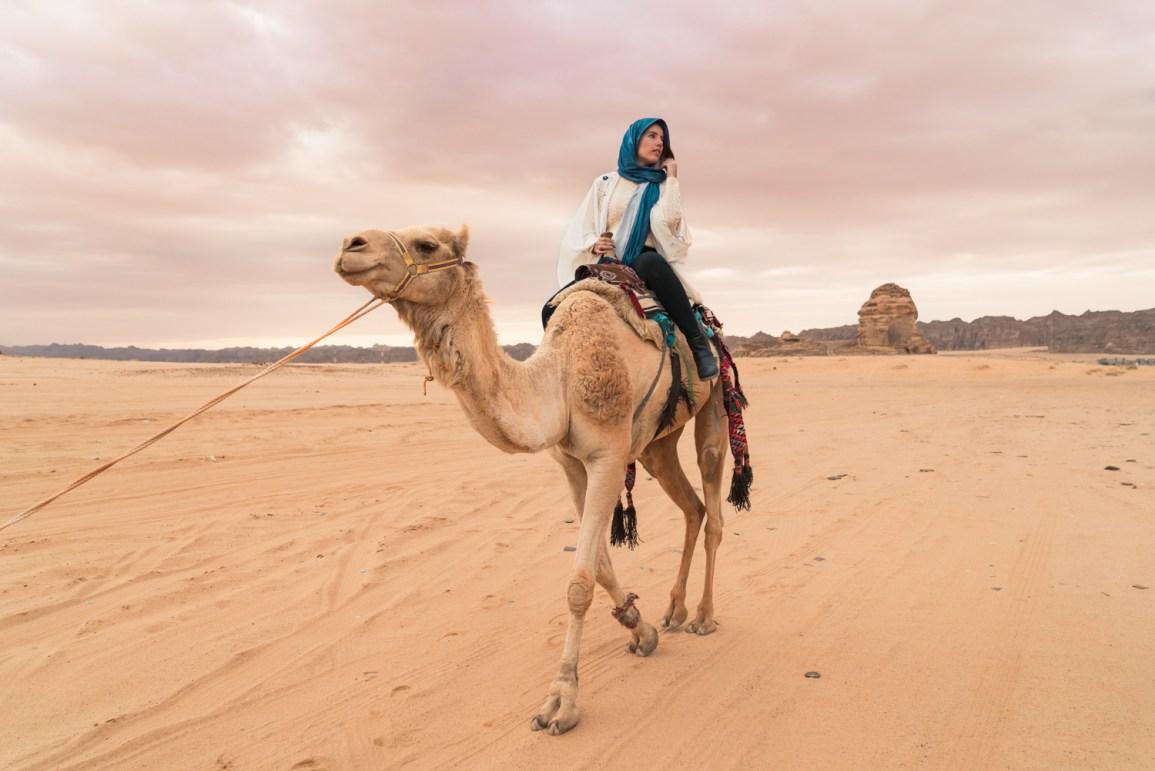 Raira Venturieri de camelo no deserto da Arabia Saudita. Por Delicia de Blog.