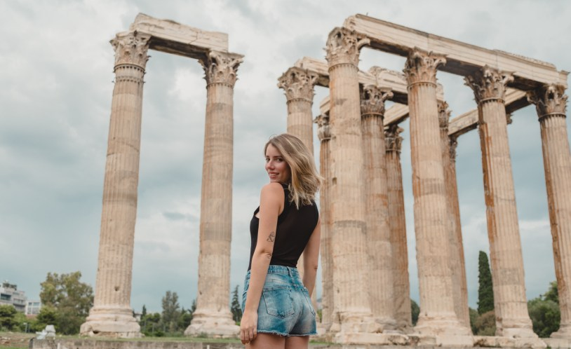 Raira Venturieri no Templo de Zeus Olimpico, em Atenas. Por Delicia de Blog.
