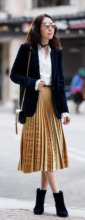 Como usar saia no inverno: saia mídi plissada de veludo.