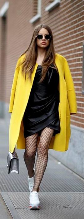 Sobretudo amarelo transforma look de inverno