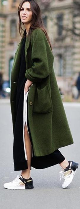 Sobretudo verde dá charme a um look de inverno sóbrio, porém descolado.