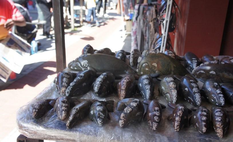 Miniaturas de baleia são comuns em lojas e bancas de souvenirs em Hermanus, na Africa do Sul