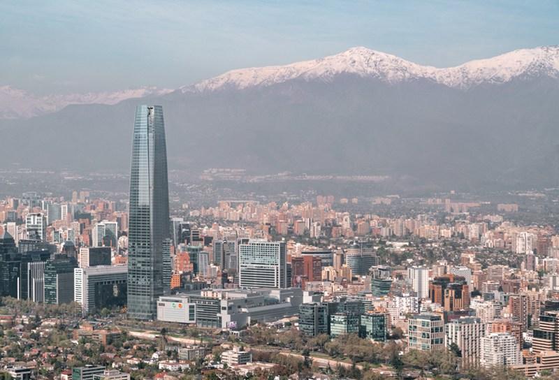 Vista panoramica de Santiago, com o Sky Costanera e a Cordilheira dos Andes