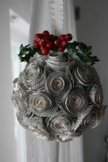 Bola decorada com jornal enrolado