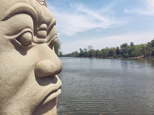 Angkor temple - focus silhouette du gardien de pierre à l'entrée - Délicieuse Vie