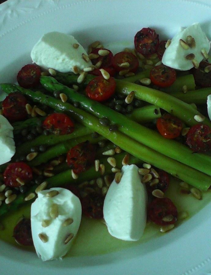 Grüner Spargelsalat mit getrockneten Kirschtomaten und Büffel- Mozzarella