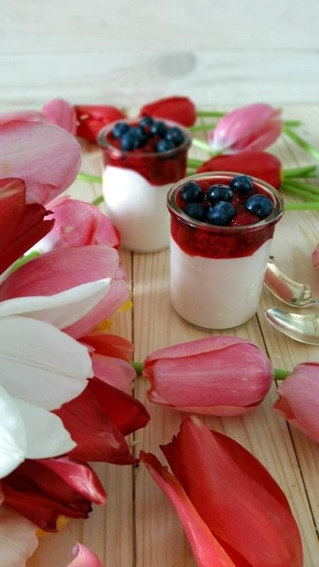 Sweetie Joghurt- Limetten- Mousse mit Himbeer- Topping und Blaubeeren