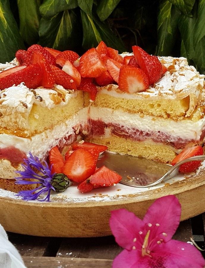 Lieblingstorte…Rhabarber- Erdbeer- Baiser Torte